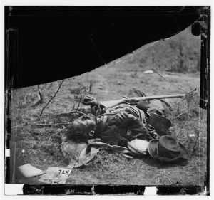 Spotsylvania Court House, Va., vicinity. Body of another Confederate soldier near Mrs. Alsop's house (by Timothy H. O'Sullivan, 1864 May 20; LOC: LC-DIG-cwpb-01187)