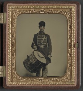 Unidentified soldier in Union uniform and Massachusetts belt buckle with drum (by Sewall Shattuck, between 1861 and 1865; LOC:  LC-DIG-ppmsca-32644)