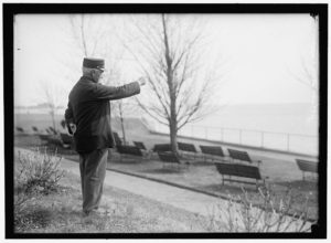 DRISCOLL, JOHN. VETERAN OF FIGHT BETWEEN MERRIMAC AND MONITOR. POINTING TO SPOT IN HAMPTON ROADS WHERE BATTLE OCCURRED (1916; LOC: https://www.loc.gov/item/hec2008004649/)
